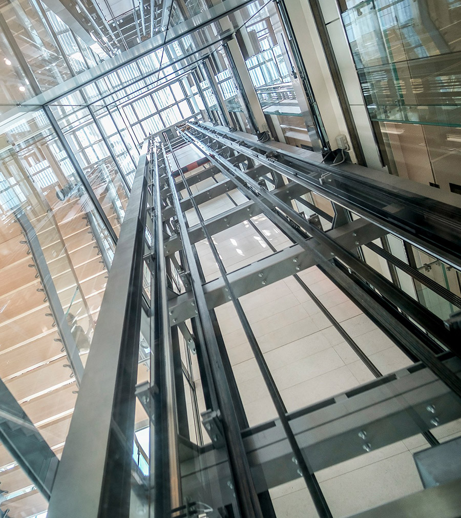 GP ELEVATORI foto del vano ascensore in vetro con struttura a vista. Elegante e funzionale è anche sicuro grazie alla MANUTENZIONE GP ELEVATORI