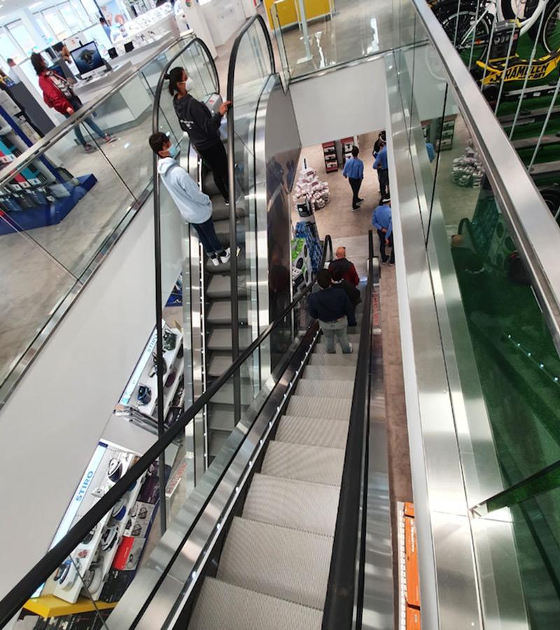 GP ELEVAOTORI installa due scale mobili compatte in vetro per i centri commerciali che vogliono lasciare spazio alle merci