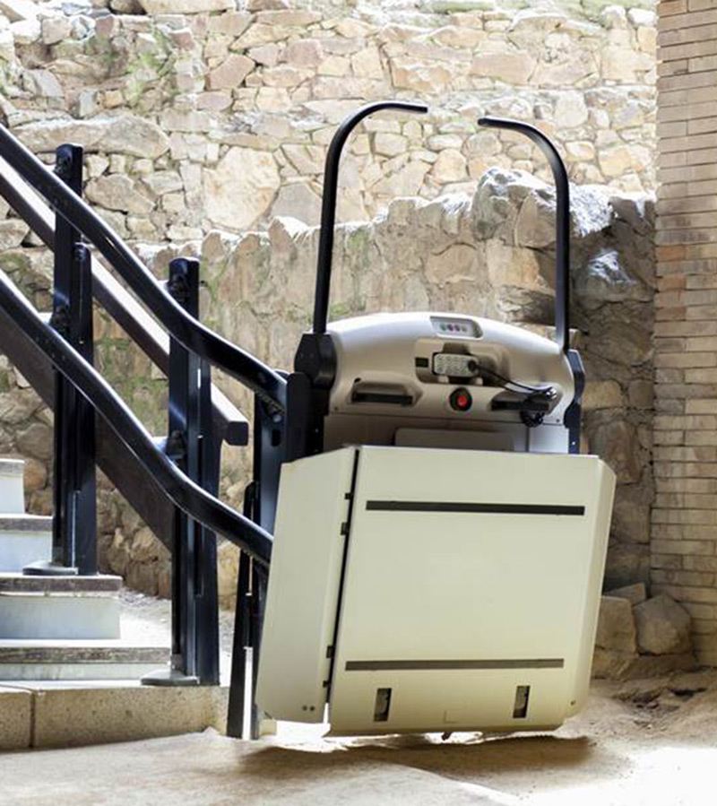 Servoscala con telecomando estraibile, installato in un stabile storico a Verona al fine di aiutare le persone con mobilità ridotta e in sedia a rotelle per raggiungere i piani superiori | GP ELEVATORI